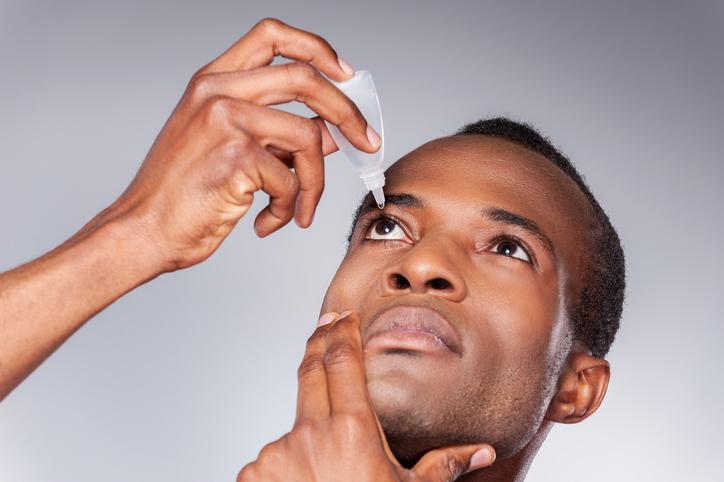 O risco do uso de colírios sem prescrição médica